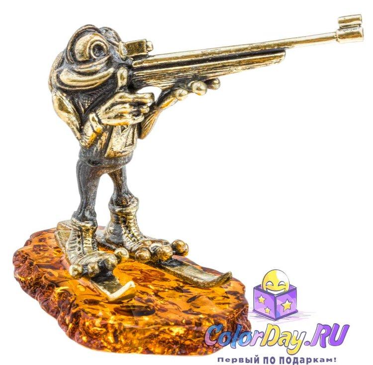фигурка Лягушка Биатлонист из бронзы на янтаре